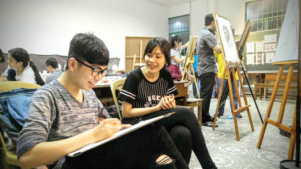 Giảng-viên-và-học-viên-Trung-Tâm-Mỹ-thuật-Art-land SO SÁNH CÁC NGÀNH KHỐI H ĐH KIẾN TRÚC ĐH MỸ THUẬT Gi ng vi n v h c vi n Trung T m M thu t Art land