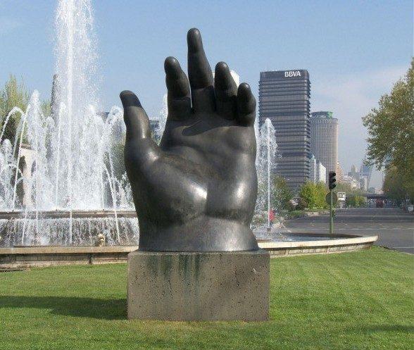 Fernando Botero, The Hand (1976)  SỨC MẠNH CỦA CÁC TÁC PHẨM ĐIÊU KHẮC CÔNG CỘNG Fernando Botero The Hand 1976