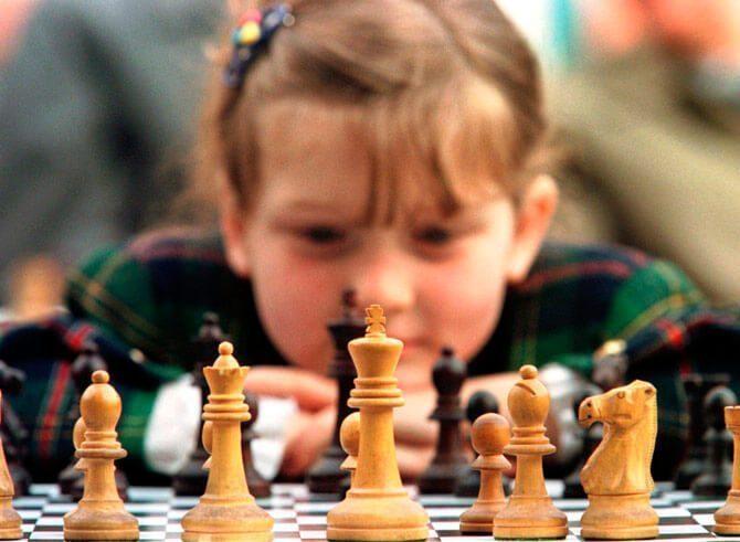 Chiến lược trong cờ vua  Trẻ em học cờ vua có lợi ích gì? child playing chess