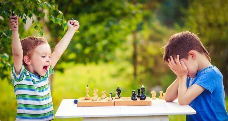 Cờ vua cho trẻ em  Trẻ em học được gì thông qua cờ vua? kids playing chess