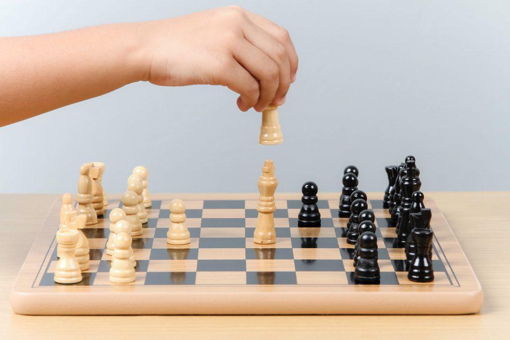 Cờ vua trẻ em  Trẻ em học cờ vua có lợi ích gì? shutterstock 787230616